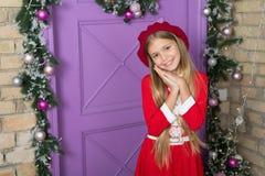 Zadawala pojęcie Dziewczyna śliczny dzieciak błaga dla prezenta Jak pyta rodziców zdecydowanie pozwolą Bożego Narodzenia życzenie zdjęcie stock