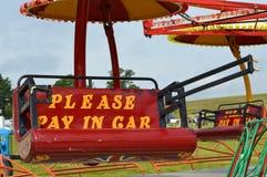 Zadawala wynagrodzenie w samochodowym fairground znaku Zdjęcia Stock