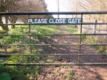 zadawala zamkniętego brama znaka na metal zamykającym brama outside kraju sposobie obrazy stock