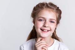 Zadawalający trochę ładny dzieciak pokazuje jej zęby w szerokim uśmiechu zdjęcia royalty free