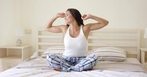 Zadawalający młodej kobiety rozciąganie na jej łóżku zdjęcie wideo