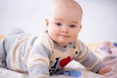 Zadawalający mały dziecko ono uśmiecha się przy kamerą obraz royalty free