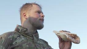 Zadawalający z wojskowym w jednolitej łasowanie pizzy zdjęcie wideo