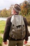 Zadek bavarian mężczyzna z plecak pozycją rzeką obraz stock
