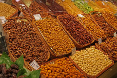 Zaden en droge vruchten op een marktkraam stock foto's