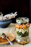 Zaden en noten in de kruik van het honingsglas Royalty-vrije Stock Foto's