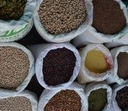 Zaden in grote zakken in de markt Royalty-vrije Stock Foto