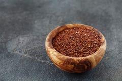 Zaden van rode quinoa in de houten ruimte van het boogexemplaar Stock Foto's