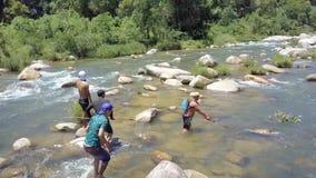 Zadka widoku facetów chwyta ryba z Prącie sieci rękami w rzece zbiory