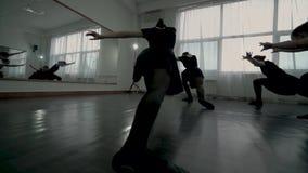 Zadka widoku ruch wzdłuż balerin ubierał w czarnych leotards demonstruje baletniczego ruchu całkowicie zbiory