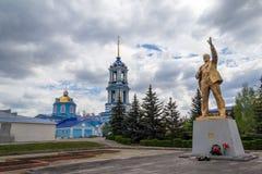 ZADONSK, РОССИЯ - 21-ОЕ ИЮНЯ 2016: Золотая покрашенная статуя Ленина на предпосылке церков Стоковые Изображения RF