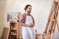 Zadowoleni artyści Patrzeje skończony malować w studiu Zdjęcia Stock