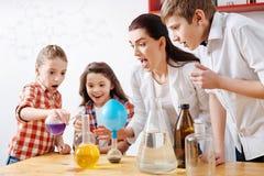 Zadowoleni ciekawi dzieci prowadzi eksperyment zdjęcie royalty free