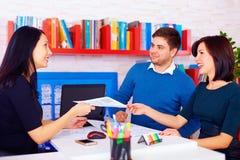 Zadowoleni klienci podczas biznesowych negocjacj w biurze Zdjęcie Royalty Free