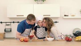 Zadowoleni rodzice i ich syn Przygotowany jedzenie Klasczą each s ` inne ręki zbiory wideo