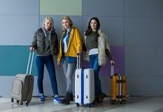 Zadowoleni turyści pozuje z bagażem zdjęcie royalty free