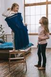 Zadowolona ładna dziewczyna trzyma suknię zdjęcie stock
