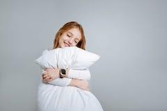 Zadowolona śliczna małej dziewczynki obejmowania poduszka fotografia stock
