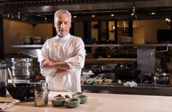 Zadowolona brodata szef kuchni pozycja w kuchni restauracja Zdjęcie Stock