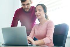 Zadowolona drużyna komponuje elektronicznego list dla partnera biznesowego fotografia royalty free