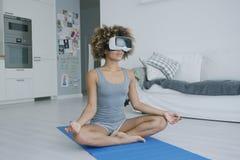 Zadowolona kobieta medytuje w VR szkłach obrazy royalty free