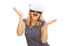 Zadowolona kobieta patrzeje w VR gogle Obraz Royalty Free