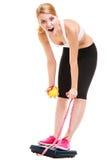 Zadowolona kobieta waży skala Dieta ciężaru strata Zdjęcia Stock