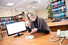 Zadowolona kobiety właśnie kupująca rzecz nad internetem Fotografia Royalty Free