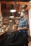 Zadowolona męska fryzjer męski pozycja za jego klientem Zdjęcia Royalty Free