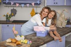 Zadowolona mama i córka przygotowywający dla wiosna wakacje zdjęcie royalty free