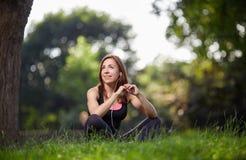 Zadowolona sportsmenka na trawie Obraz Royalty Free