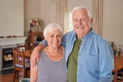 Zadowolona starsza para stoi szczęśliwie w żywym pokoju Fotografia Stock