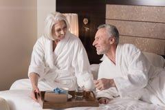 Zadowolona starzejąca się kobieta trzyma śniadaniową tacę fotografia royalty free