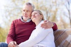 Zadowolona starzejąca się para cieszy się ich weekend fotografia stock