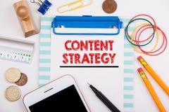 Zadowolona strategia Wprowadzać na rynek, Ogólnospołeczna Medialna reklama i Oznakować pojęcie, Biurowy biurko z materiały i tele zdjęcie royalty free