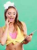 Zadowolona szpilka w górę dziewczyny wyszukuje internet na pastylce Obraz Stock