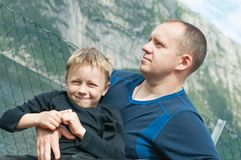 Zadowolona twarz syn w comfy uścisku ojciec Obrazy Stock