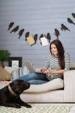 Zadowolona zrelaksowana dama cieszy się jej firmy Obraz Stock