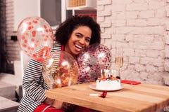 Zadowolonego Afro Amerykańska kobieta trzyma kolorowych balony obraz royalty free