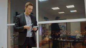 Zadowolonego business manager pieniądze odliczająca premia od sterty w biznesowym biurze zdjęcie wideo