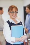 Zadowolonej kobiety dojrzały uczeń pozuje w sala lekcyjnej Zdjęcie Royalty Free