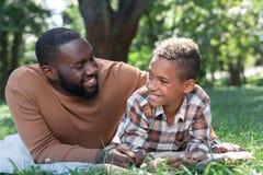 Zadowolony ładny mężczyzna ono uśmiecha się jego syn zdjęcia stock