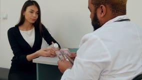 Zadowolony żeński pacjent płaci dużego pieniądze dla pigułek przepisywał lekarką zdjęcie wideo