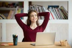 Zadowolony żeński pracownik opiera w krześle po kończyć pracę obrazy royalty free