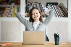 Zadowolony żeński pracownik opiera w krześle szczęśliwym z firmą res fotografia stock