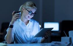 Zadowolony żeński programista używa pastylkę w biurze obrazy royalty free
