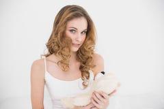 Zadowolony atrakcyjny brunetki mienia miś Fotografia Royalty Free