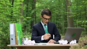 Zadowolony biznesmen robi liście kreatywnie pomysły, inspirującej z natury w parku zbiory