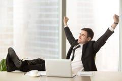 Zadowolony biznesmen szczęśliwy kończyć pracę z laptopem, celebrat zdjęcie stock