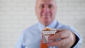 Zadowolony biznesmen w Tabacznym prezentacja uśmiechu Oferujący Uprzejmie papieros zdjęcie wideo
